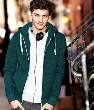 Cómo combinar: sudadera con capucha verde oscuro, camiseta con cuello circular blanca, vaqueros pitillo grises