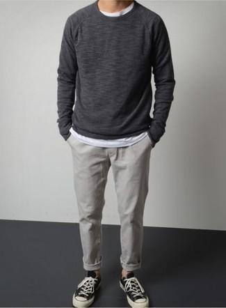 Cómo combinar una sudadera en gris oscuro: Empareja una sudadera en gris oscuro con un pantalón chino gris para un almuerzo en domingo con amigos. Tenis de lona en negro y blanco son una opción inigualable para completar este atuendo.