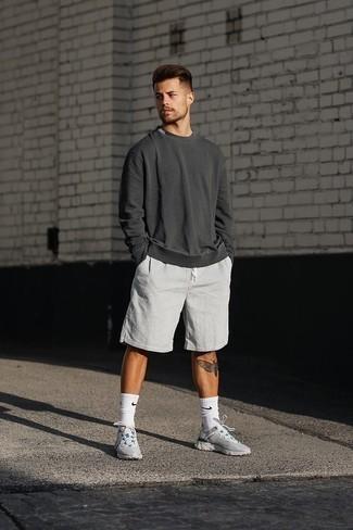 Cómo combinar una sudadera en gris oscuro: Ponte una sudadera en gris oscuro y unos pantalones cortos de seersucker blancos para lidiar sin esfuerzo con lo que sea que te traiga el día. Deportivas grises añadirán un nuevo toque a un estilo que de lo contrario es clásico.