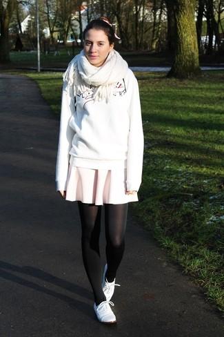 Cómo combinar: sudadera estampada blanca, falda skater rosada, zapatos oxford de cuero blancos, bufanda blanca