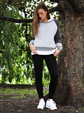 Cómo combinar: sudadera acolchada gris, camiseta henley blanca, leggings negros, tenis de cuero blancos