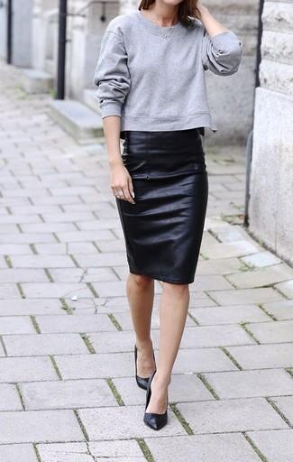 Elige una sudadera gris y una falda lápiz de cuero negra para una apariencia fácil de vestir para todos los días. Dale onda a tu ropa con zapatos de tacón de cuero negros.