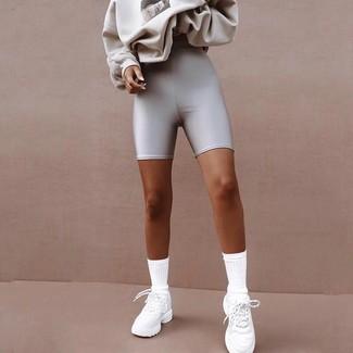 Cómo combinar: sudadera estampada gris, mallas ciclistas plateadas, deportivas blancas, calcetines blancos