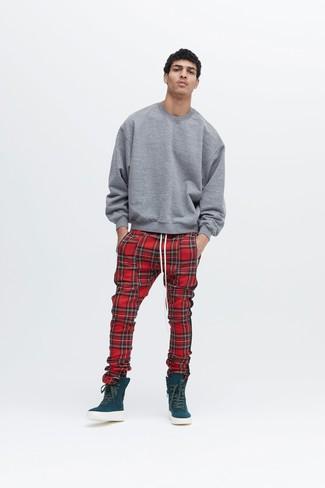 Cómo combinar: sudadera gris, pantalón de chándal de tartán rojo, zapatillas altas en verde azulado