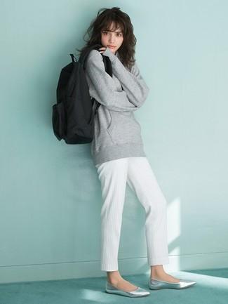 La versatilidad de una sudadera gris y un pantalón de pinzas de rayas verticales blanco los hace prendas en las que vale la pena invertir. Bailarinas de cuero grises añadirán un nuevo toque a un estilo que de lo contrario es clásico.