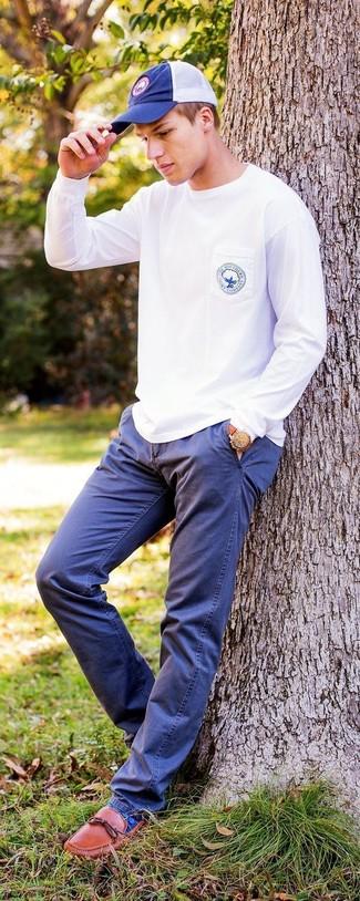 Cómo combinar: sudadera blanca, pantalón chino azul marino, mocasín de cuero en tabaco, gorra de béisbol azul marino