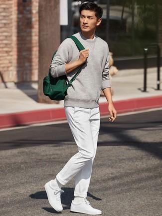 Cómo combinar: sudadera gris, pantalón chino blanco, tenis blancos, mochila de lona verde oscuro