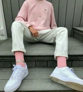 Cómo combinar unos tenis blancos con un jersey rosa para