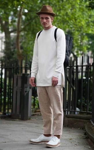 Cómo combinar unos zapatos derby de cuero blancos: Para crear una apariencia para un almuerzo con amigos en el fin de semana usa una sudadera blanca y un pantalón chino marrón claro. ¿Te sientes valiente? Haz zapatos derby de cuero blancos tu calzado.