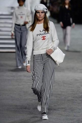 Look de moda: Sudadera estampada blanca, Pantalones anchos de rayas verticales en blanco y negro, Bailarinas de cuero blancas, Bolso bandolera de cuero blanco