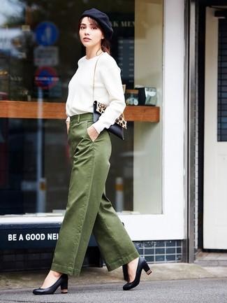Cómo combinar: sudadera blanca, pantalones anchos verde oliva, zapatos de tacón de cuero negros, bolso bandolera de pelo de becerro de leopardo en negro y marrón claro