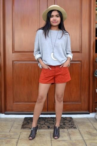 Elige una sudadera gris y unos pantalones cortos naranjas y te verás como todo un bombón. Botines de cuero con recorte marrón oscuro añaden la elegancia necesaria ya que, de otra forma, es un look simple.