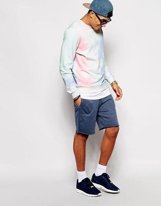 Cómo combinar: sudadera con lavado ácido celeste, pantalones cortos azul marino, deportivas azul marino, gorra de béisbol azul