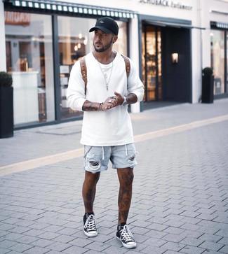 Cómo combinar: sudadera blanca, pantalones cortos vaqueros desgastados celestes, zapatillas altas en negro y blanco, mochila de cuero marrón