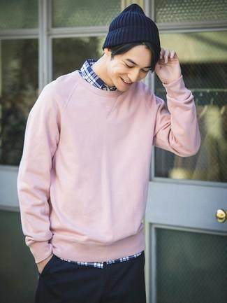 Casa una sudadera rosada con un gorro azul marino para una vestimenta cómoda que queda muy bien junta.