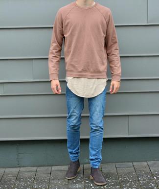 Cómo combinar: sudadera rosada, camiseta con cuello circular en beige, vaqueros pitillo azules, botines chelsea de ante en marrón oscuro