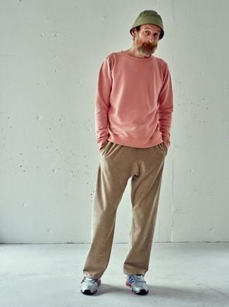 Moda para hombres de 50 años estilo relajado: Usa una sudadera rosada y un pantalón de chándal marrón claro para un look agradable de fin de semana. ¿Por qué no añadir deportivas grises a la combinación para dar una sensación más relajada?