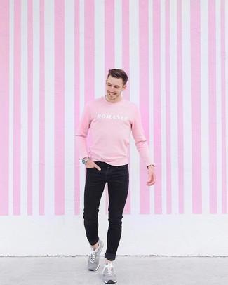 Cómo combinar: sudadera estampada rosada, vaqueros pitillo negros, deportivas de ante grises, reloj plateado