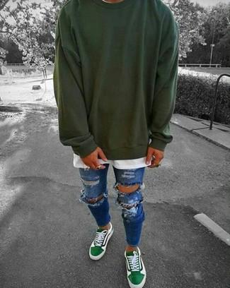 Cómo combinar: sudadera verde oscuro, camiseta con cuello circular blanca, vaqueros pitillo desgastados azules, tenis verdes