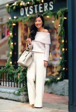 Cómo combinar: top con hombros descubiertos de punto blanco, pantalones anchos blancos, zapatos de tacón de cuero dorados, bolsa tote de cuero en beige