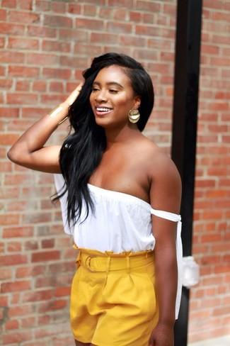 Cómo combinar: top con hombros descubiertos blanco, pantalones cortos amarillos, pendientes dorados