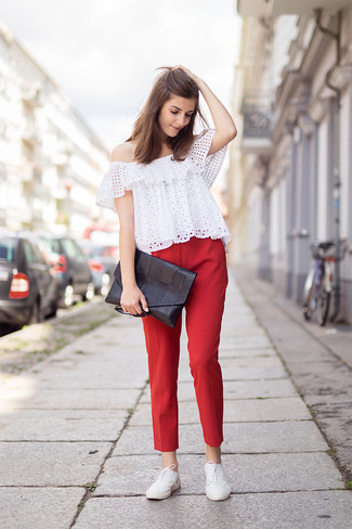 Cómo combinar: top con hombros descubiertos con ojete blanco, pantalones pitillo rojos, zapatos oxford de cuero blancos, cartera sobre de cuero negra