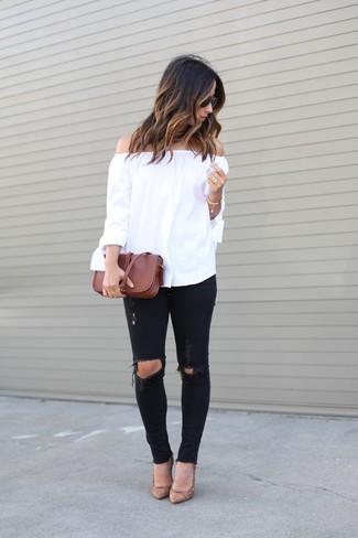 Cómo combinar: top con hombros descubiertos blanco, vaqueros pitillo desgastados negros, zapatos de tacón de cuero marrón claro, bolso bandolera de cuero marrón