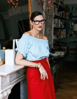 Look de Jenna Lyons: Top Con Hombros Descubiertos Celeste, Falda Midi Roja, Pulsera Dorada