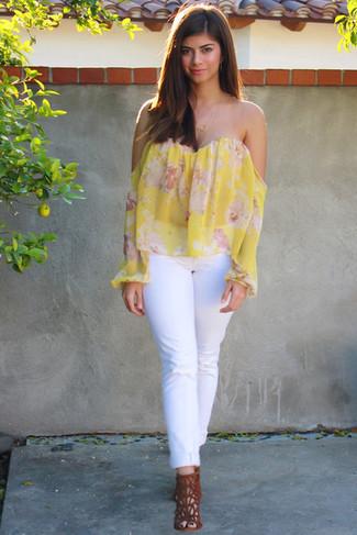 Cómo combinar: top con hombros descubiertos con print de flores amarillo, vaqueros blancos, sandalias de tacón de ante en tabaco
