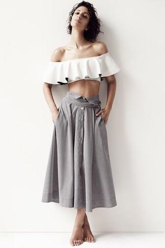Cómo combinar: top con hombros descubiertos con volante blanco, falda midi plisada gris