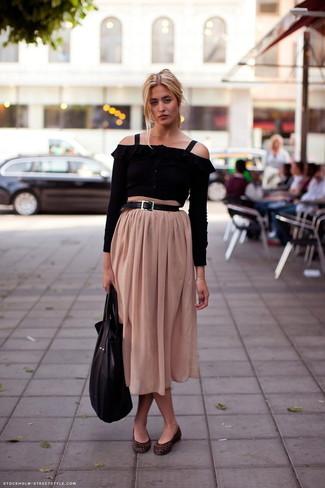 Look de moda: Top con hombros descubiertos negro, Falda midi plisada en beige, Bailarinas de cuero con print de serpiente en marrón oscuro, Bolsa tote de cuero negra