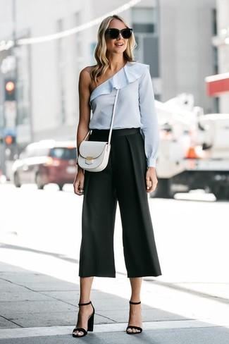 Elige por la comodidad con un top con hombros descubiertos celeste y una falda pantalón negra. ¿Por qué no ponerse sandalias de tacón de cuero negras a la combinación para dar una sensación más clásica?