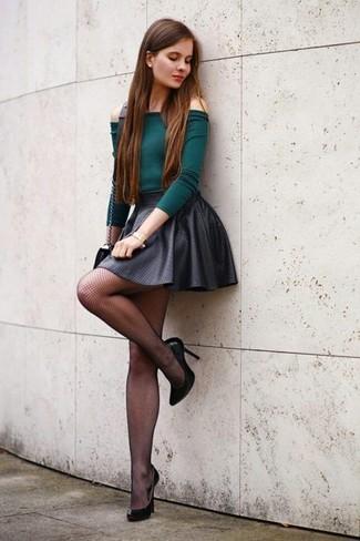 Elige un top con hombros descubiertos verde oscuro y una falda skater gris oscuro para un look agradable de fin de semana. Completa tu atuendo con zapatos de tacón de cuero negros de Chie Mihara para mostrar tu lado fashionista.