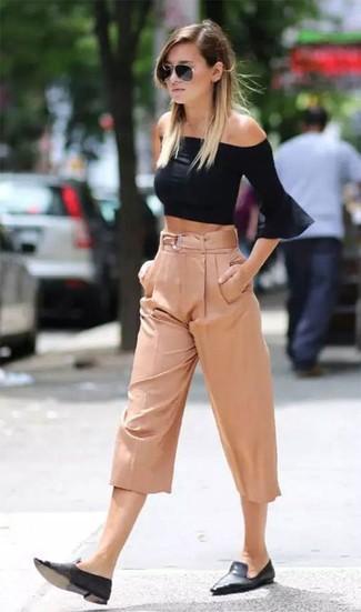 Cómo combinar unos mocasín de cuero negros en verano 2021: Un top con hombros descubiertos negro y una falda pantalón rosada son una opción estupenda para el fin de semana. Opta por un par de mocasín de cuero negros para mostrar tu lado fashionista. Es un look especialmente apto en verano.