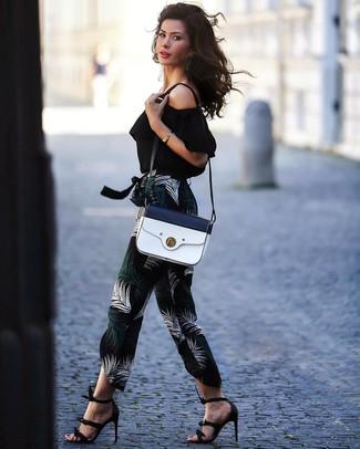 Cómo combinar: top con hombros descubiertos negro, pantalón de pinzas estampado negro, sandalias de tacón de cuero negras, bolso bandolera de cuero en blanco y azul marino