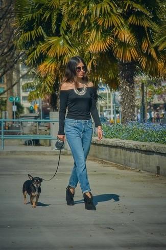 Cómo combinar un collar plateado para mujeres de 30 años: Considera emparejar un top con hombros descubiertos negro con un collar plateado para un look agradable de fin de semana. Botines de ante сon flecos negros son una opción inigualable para completar este atuendo.