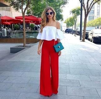 Cómo combinar: top con hombros descubiertos blanco, pantalones anchos rojos, zapatos de tacón de cuero rojos, bolso bandolera de cuero en verde azulado