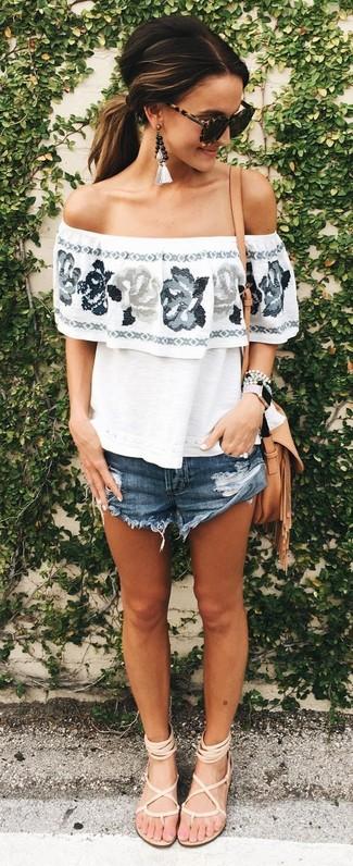 Cómo combinar: top con hombros descubiertos con print de flores blanco, pantalones cortos vaqueros azul marino, sandalias romanas de cuero en beige, bolso bandolera de cuero marrón claro