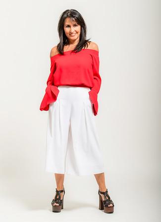 Cómo combinar: top con hombros descubiertos rojo, falda pantalón blanca, sandalias de tacón de cuero gruesas negras