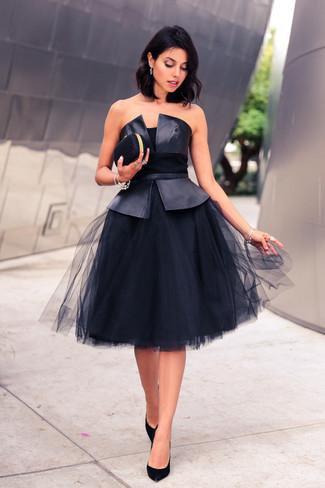 Cómo combinar: top con sobrefalda de cuero negro, falda campana de malla negra, zapatos de tacón de ante negros, cartera sobre negra
