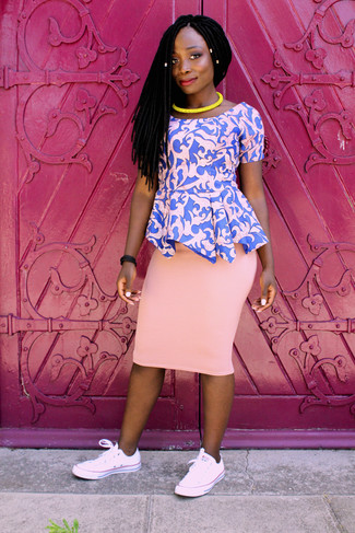 Cómo combinar: top con sobrefalda estampado rosado, falda lápiz rosada, tenis rosados, collar amarillo