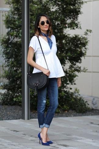 Cómo combinar: top con sobrefalda blanco, vaqueros pitillo desgastados azul marino, zapatos de tacón de ante azul marino, bolso bandolera de cuero negro