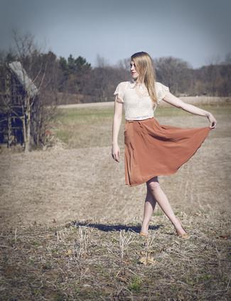 Cómo combinar: top corto de encaje blanco, falda campana de seda naranja, bailarinas de cuero naranjas, collar rosado