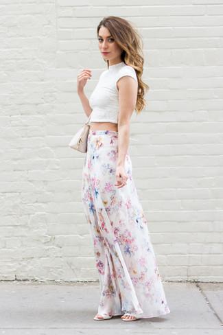Cómo combinar unas sandalias de tacón de cuero blancas: Opta por un top corto de encaje blanco y una falda larga con print de flores blanca transmitirán una vibra libre y relajada. Sandalias de tacón de cuero blancas son una opción atractiva para complementar tu atuendo.