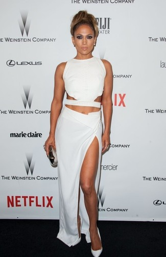 Look de Jennifer Lopez: Top Corto con Recorte Blanco, Falda Larga con Recorte Blanca, Zapatos de Tacón de Cuero Blancos, Cartera Sobre Plateada