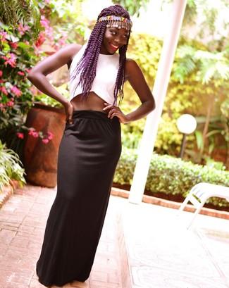 Cómo combinar: top corto blanco, falda larga negra, cinta para la cabeza en multicolor