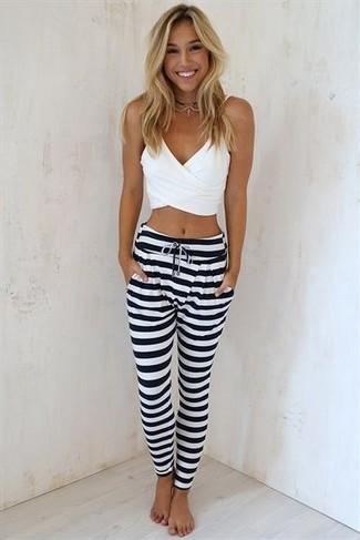 Como Combinar Unos Pantalones De Rayas Horizontales En Blanco Y Negro 2 Outfits Lookastic Espana