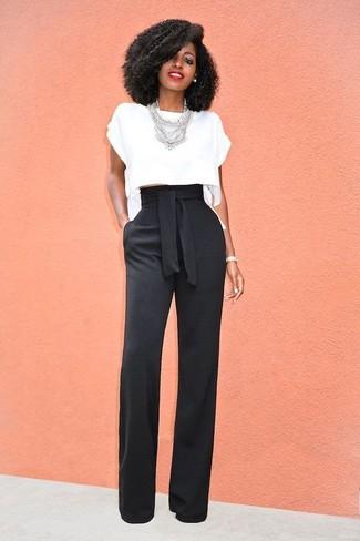 Cómo combinar: top corto blanco, pantalones anchos negros, collar plateado