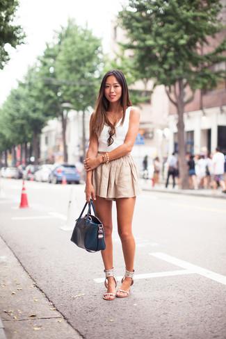 Cómo combinar: top corto blanco, pantalones cortos de lino en beige, sandalias planas de cuero blancas, bolsa tote de cuero azul marino