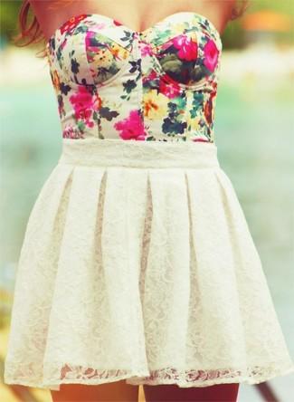 Cómo combinar: top corto con print de flores blanco, falda skater de encaje blanca